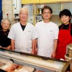 店を切り盛りする澤村さん一家。左から和洋さん、強平さん、強治さん、愛美さん 【写真をクリックで拡大】