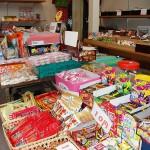 150種類の駄菓子が並ぶ店内。写真奥の壁際の棚などがレンタルスペース 【写真をクリックで拡大】