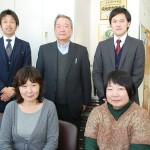 井上社長(後列中)と社員ら 【写真をクリックで拡大】