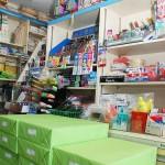 店内には文具類や外商で納める書類などが並ぶ 【写真をクリックで拡大】