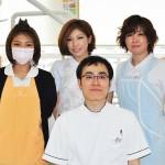 院長の石川拓さん(写真前列)と主任歯科衛生士の都築清恵さん(写真後列右)とスタッフの皆さん 【写真をクリックで拡大】