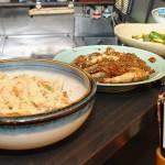 カウンターにはおからの煮物、イワシの南蛮漬け風、酢ダコなど大皿に盛られた総菜が並ぶ 【写真をクリックで拡大】