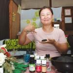 「アロマの香りとともにロミロミでリフレッシュを」と藤田由美子さん。手にしているのはマッサージに用いるホットストーン 【写真をクリックで拡大】