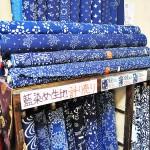 北村さんが直接買い付けたこだわりの藍染め生地 【写真をクリックで拡大】