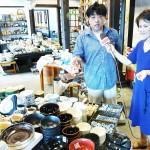 商品ライナップについて説明する店主の国府浩志さん(左) 【写真をクリックで拡大】
