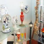 アンティークな照明器具やノベルティが飾られた店内 【写真をクリックで拡大】