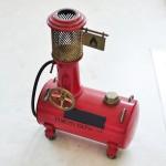 かつてはどこにでもあった昔懐かしい手回し式給油機のミニチュアモデル 【写真をクリックで拡大】